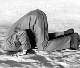 Homme tête dans sable